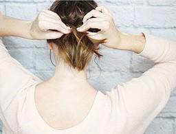 Быстрая прическа на средние волосы шаг 7