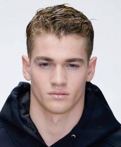 Мужская прическа с эффектом мокрых волос