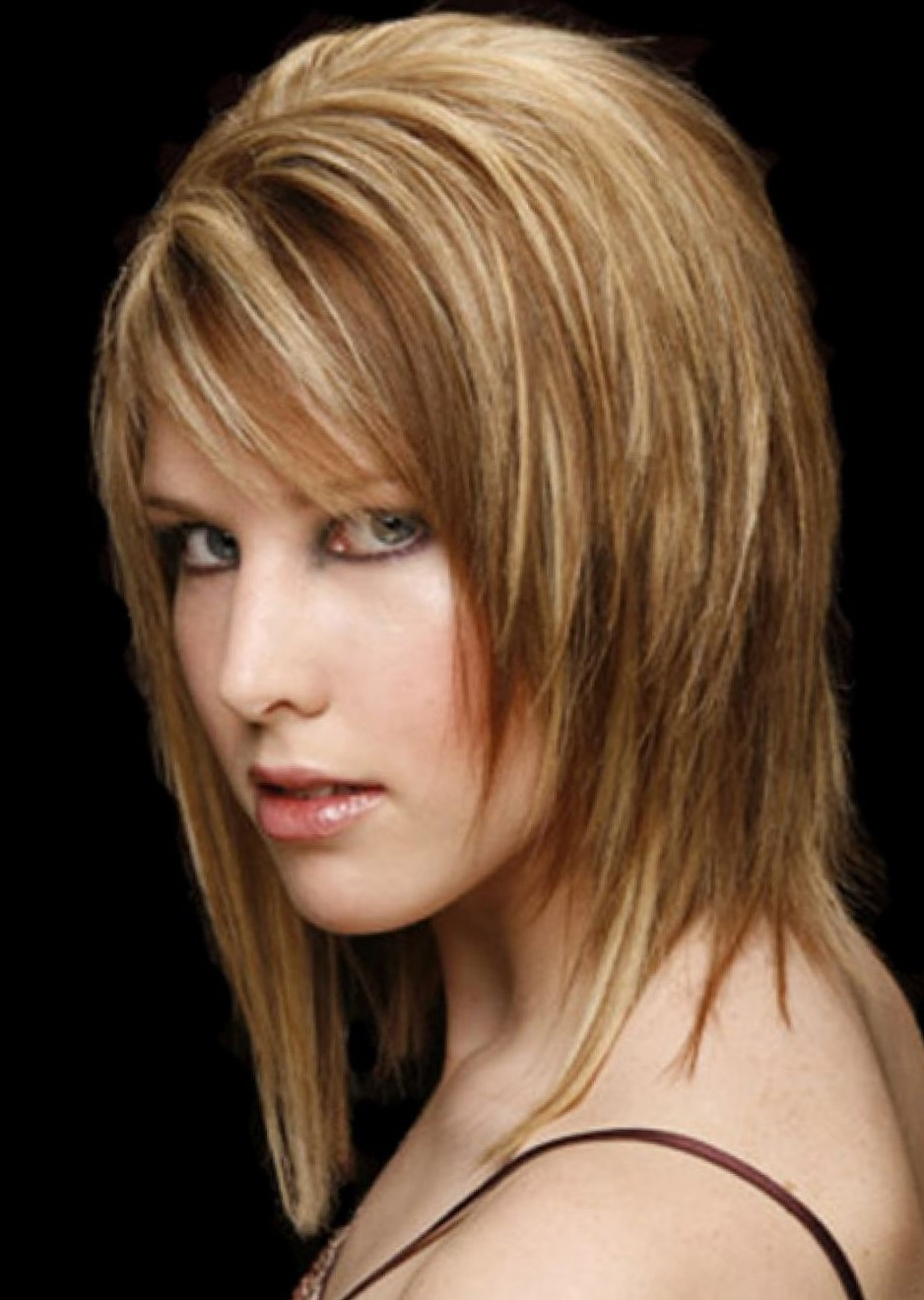 Фото стрижки с объемом на среднюю длину волос