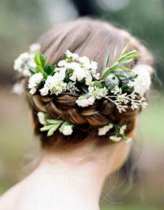 Прически с косами на средние волосы с цветами