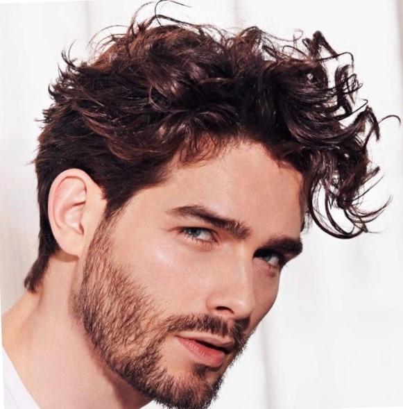 Мужская прическа на бок на кудрявых волосах