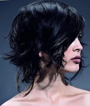 Какие стрижки подойдут для вьющихся волос средней длины