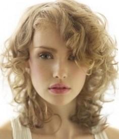 Стрижка на вьющиеся волосы средней длины каскад