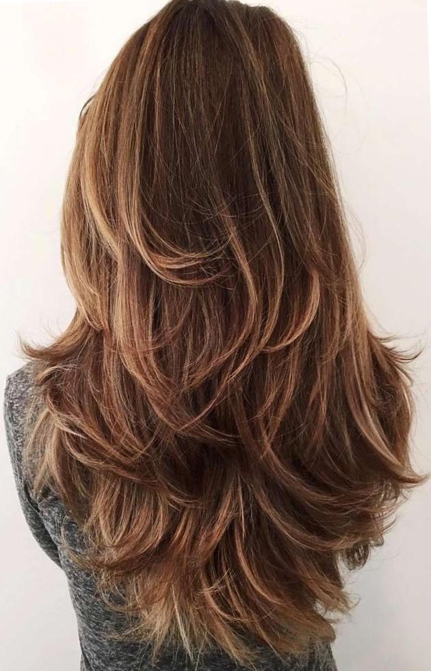Женская стрижка на длинные волосы с градуировкой - вид сзади