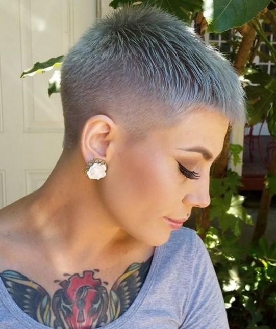 Женская стрижка с выбритым затылком на короткие волосы