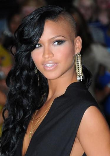 Женская стрижка на длинные волосы с выбритым виском