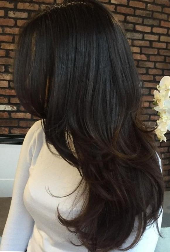 Женская стрижка на длинные волосы с градуировкой - вид сбоку