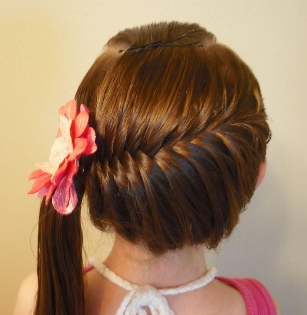 Праздничная прическа для девочки на средние волосы фото