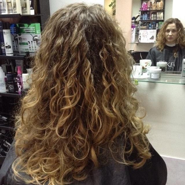 химическая завивка на длинные волосы крупными локонами