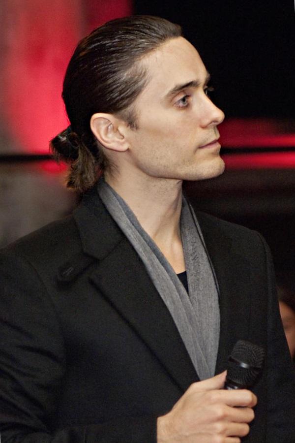 Мужская прическа с хвостиком