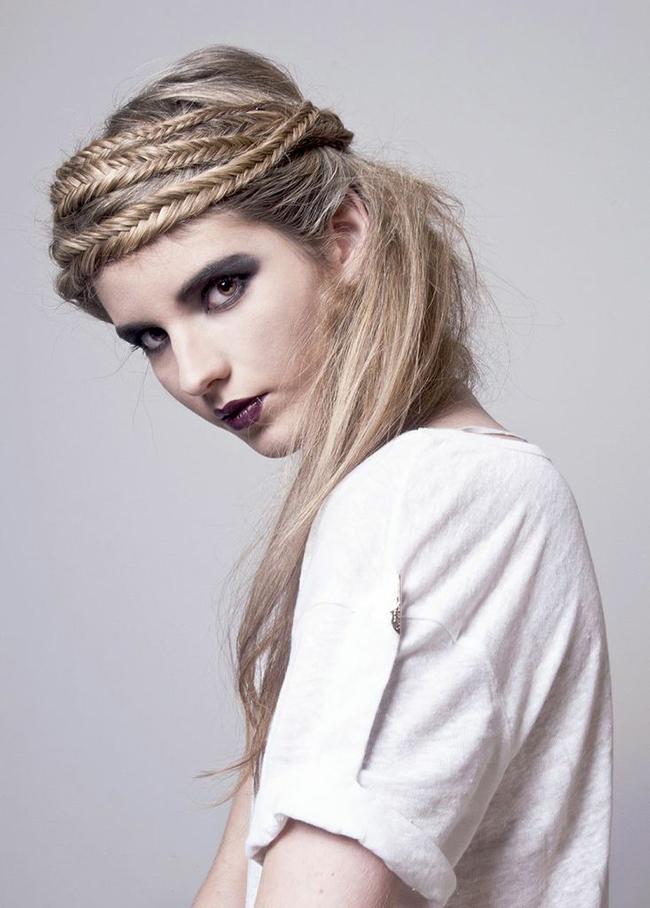 Красивые и легкие прически на распущенные волосы 19