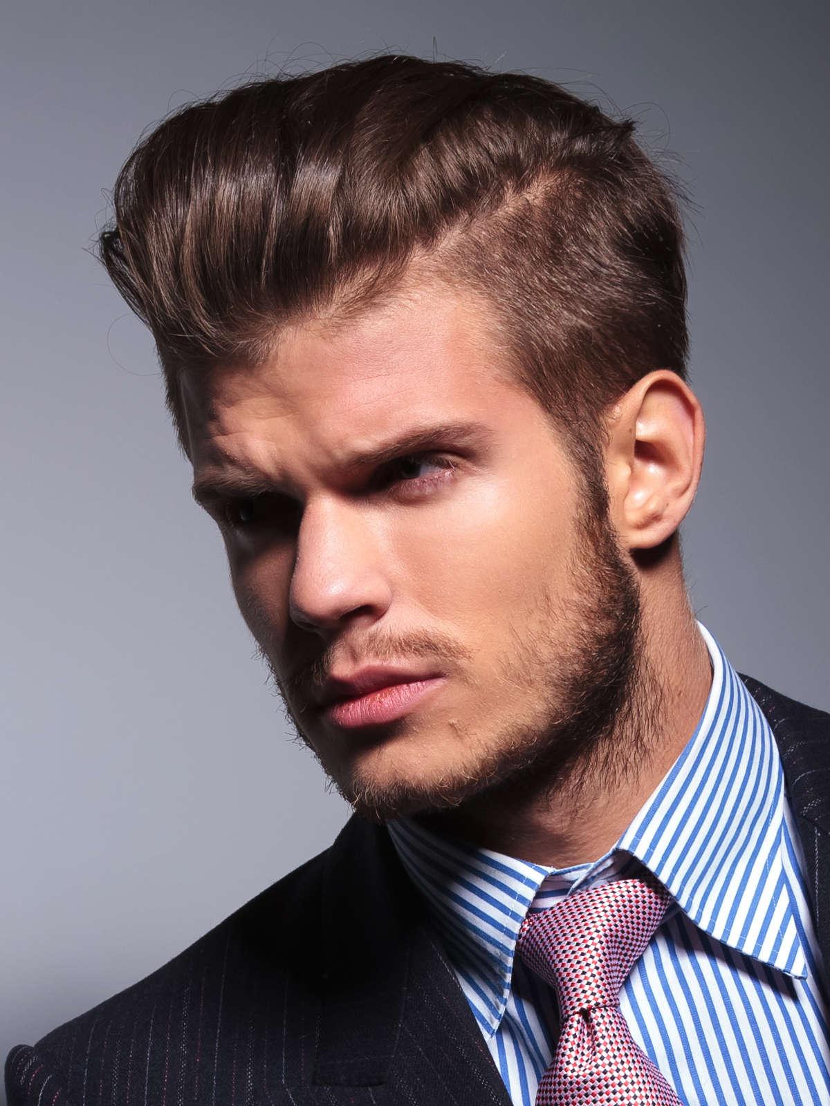 Почему мужчины зачесывают волосы назад