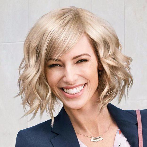 Стильные прически на средние волосы для женщин в 2022 году